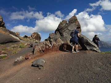 The volcanic dyke at the caldera hiking path. (Photo: Tobias Schorr)