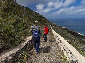 Hiking at the caldera path from Thira to Ia village. (Photo: Tobias Schorr)