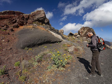 Joerg at the impressing ash layers at the caldera hiking path. (Photo: Tobias Schorr)