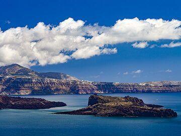 View from Thirasia island into the caldera of Santorini. You can see the island of Palea Kameni. (Photo: Tobias Schorr)