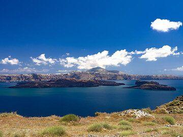 View into the caldera with the islands of Nea Kameni and Palea Kameni. (Photo: Tobias Schorr)
