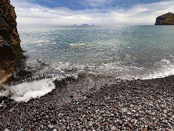 Mesa pigadia beach near Akrotiri/Santorini. (Photo: Tobias Schorr)