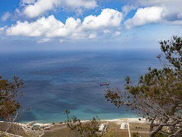 View towards the north-east coast of Santorini. (Photo: Tobias Schorr)