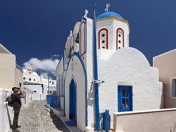 Joerg at the village´s chapel on Manolas/Thirasia island. (Photo: Tobias Schorr)