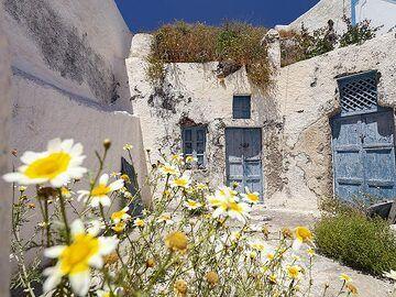 Yard of an house on Thirasia island. (Photo: Tobias Schorr)