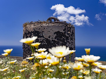 An old windmill on Thirasia island. (Photo: Tobias Schorr)