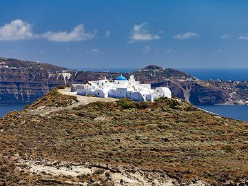 The monastery Kera on Thirasia island. There was a Minoan settlement discovered in the last years. (Photo: Tobias Schorr)
