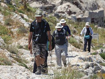 Tom Pfeiffer with a private group at ancient Thira. (Photo: Tobias Schorr)