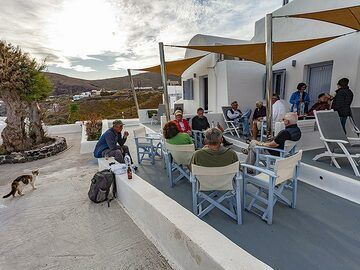 Tom Pfeiffer with a private group at hotel Akrotiri. (Photo: Tobias Schorr)