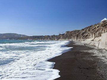 The pumice rocks and the beach of Vlyhada. (Photo: Tobias Schorr)