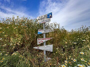 Signs at the hiking path to the village of Akrotiri. (Photo: Tobias Schorr)