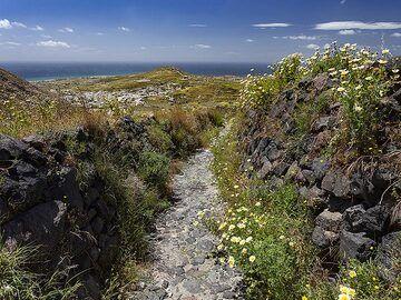 The hiking path to Emporio village on Santorini island. (Photo: Tobias Schorr)