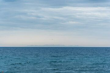 On 4 May, the atmosphere is exceptionally clear and Crete in more than 120 km distance can be seen easily. Looking S and SSE, the mountain ranges of eastern Crete (Thrypti and Lassithi peaking with Mt Dikti at 2148 m) can be recognized on the horizon. (Photo: Tom Pfeiffer)