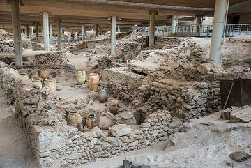 A good time to visit the sheltered excavations of the Bronze-Age town nearby. (Photo: Tom Pfeiffer)