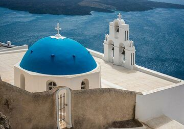 Agios Theodoros church in Firostefani with its iconic blue dome is probably THE most photographed building of Santorini... (Photo: Tom Pfeiffer)