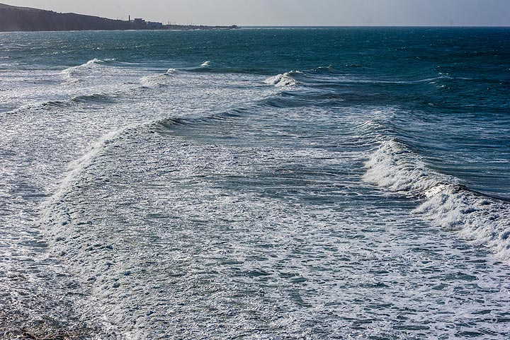 Wind decreases on 7 May, but swell of the sea remains impressive, creating nice rolling long waves. (Photo: Tom Pfeiffer)