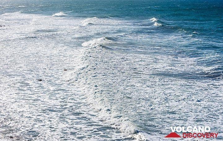 Breaking long sea swell (Photo: Tom Pfeiffer)