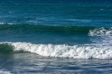 Breaking curly waves (Photo: Tom Pfeiffer)