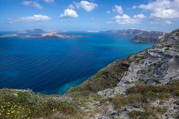 In this part of the caldera, the western end of the pre-volcanic island composed of metamorphic schists is exposed. (Photo: Tom Pfeiffer)