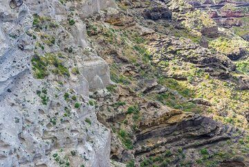 Closer view of the exposed tuff layers in the Plaka cliff. (Photo: Tom Pfeiffer)