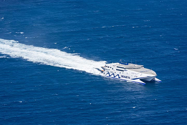Visitors arriving from Crete in the huge speed catamaran ferry. (Photo: Tom Pfeiffer)