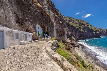The century-old cave church of Christos is one of the most remarkable cave buildings on Santorini. (Photo: Tom Pfeiffer)