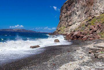 Waves crashing onto the beach. (Photo: Tom Pfeiffer)