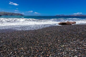 The beach is mostly black pebbles. (Photo: Tom Pfeiffer)