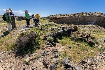 Group examining the remaining walls of the houses which are at least 4000 years old. (Photo: Tom Pfeiffer)