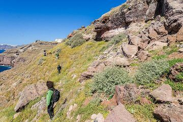 We leave the quarry on a moderately difficult trail along the caldera. (Photo: Tom Pfeiffer)