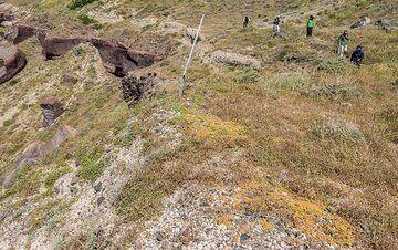 We continue our hike along the caldera and soon reach Akrotiri. (Photo: Tom Pfeiffer)