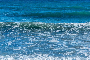 Rolling waves. (Photo: Tom Pfeiffer)