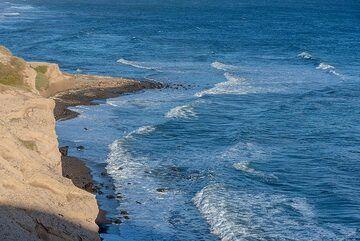Waves curving around the headland (Photo: Tom Pfeiffer)