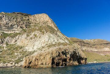 A large portion of the cliff here is composed by the white volcanic tuffs from the early phase of the Akrotiri volcanic vents. (Photo: Tom Pfeiffer)