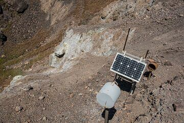 Temperature monitoring device at the Georgios crater (1866 eruption). (Photo: Tom Pfeiffer)