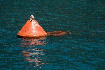 "Buoy of ""pirates"" (Photo: Tom Pfeiffer)"