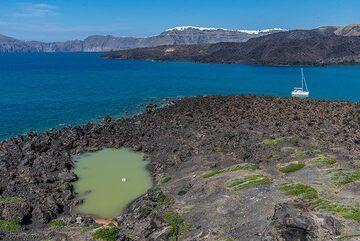 The small lake on the lava field of the 726 AD eruption on Palea Kameni. (Photo: Tom Pfeiffer)