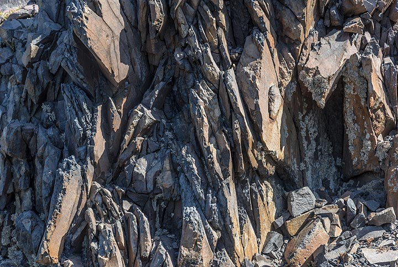 Platy lavas abund on Palea Kameni. Similar lavas were used in ancient times for pavements. (Photo: Tom Pfeiffer)