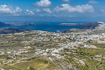 10 May. We have climbed the Profitis Ilias mountain and look down over the entire island with its caldera. (Photo: Tom Pfeiffer)