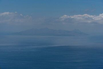 Views are not extremely clear today. Anafi Island can be barely seen on the southeastern horizon. (Photo: Tom Pfeiffer)