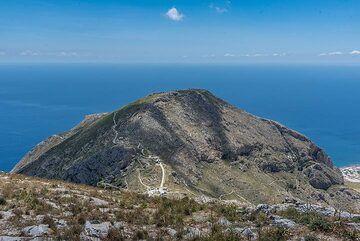 Mesa Vouno mountain seen from Profitis Ilias (Photo: Tom Pfeiffer)