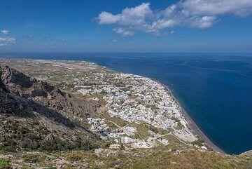 View of Kamari (Photo: Tom Pfeiffer)