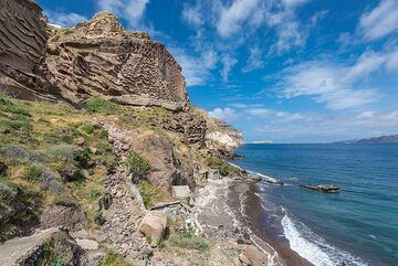 We continue along the coast towards the west, where the massive Lower Pumice 1 eruption deposit dominates the cliff. (Photo: Tom Pfeiffer)