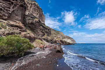 Caldera cliff (Photo: Tom Pfeiffer)