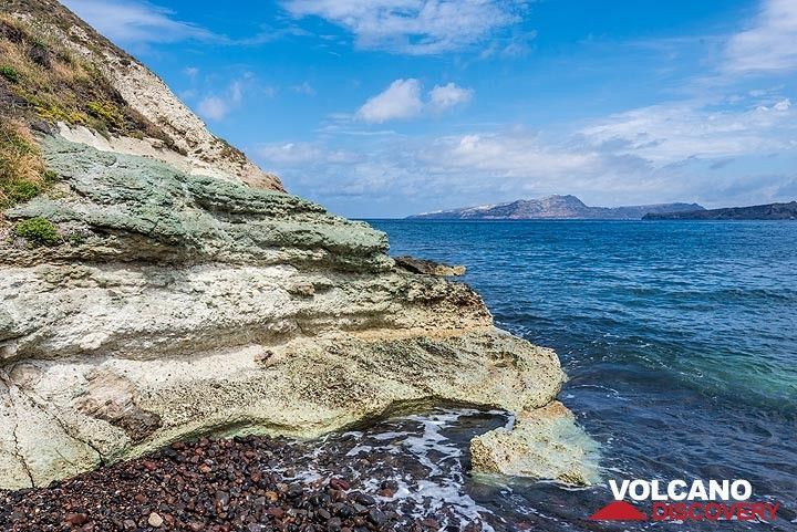 Hydrothermal alteration of old volcanic tuffs gave a greenish tint to the rocks due to the presence of the clay mineral montmorrilonite. (Photo: Tom Pfeiffer)