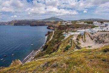 "View towards the ""caldera beach"" area east of Akrotiri village where the excursion had started. (Photo: Tom Pfeiffer)"