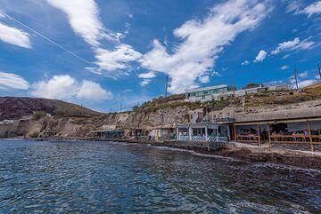 "The family-run taverns Kyma (""The Wave"") and Cave of Nikolas (Photo: Tom Pfeiffer)"
