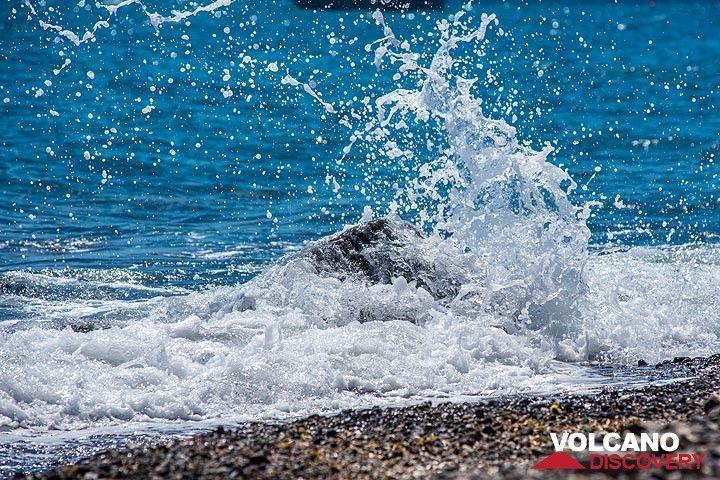 Wave (Photo: Tom Pfeiffer)