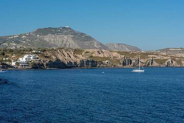 View of the south coast towards our hotel and the Profitis Ilias mountain in the background (Photo: Tom Pfeiffer)