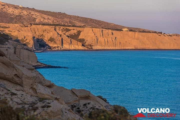 Vlichada pumice cliffs in the sunset light (Photo: Tom Pfeiffer)